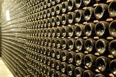 <p>Bottiglie di vino in una cantina. REUTERS/Manuel Silvestri (ITALY)</p>