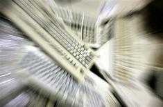 <p>Les livraisons de PC en 2009 devraient baisser de 5,3% en valeur, estime IDC, un institut d'étude très suivi, qui réduit ainsi sa prévision initiale d'une hausse de 4,5%. /Photo d'archives/REUTERS/Regis Duvignau</p>