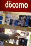 <p>NTT DoCoMo, premier opérateur de téléphonie mobile au Japon, veut développer ses activités internationales et les faire passer d'ici cinq ans à 10% de l'ensemble de ses ventes, contre 2% actuellement, et il reste à l'affût de nouvelles acquisitions. /Photo prise le 19 novembre 2008/REUTERS/Kim Kyung-Hoon</p>