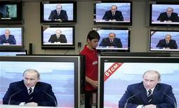 <p>Телевизоры показывют трансляцию ежегодного обращения Путина к жителям РФ в Москве 1февраля 2007 года. Премьер РФ Владимир Путин подтвердил, что государство намерено выделить 5 триллионов рублей на борьбу с кризисом, и пообещал, в частности, 175 миллиардов рублей на долгосрочное кредитование реального сектора через банки, а гражданам, столкнувшимся с трудностями при обслуживании ипотечных кредитов, - госгарантии. REUTERS/Dima Korotayev</p>