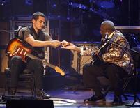 <p>John Mayer e B.B King trocam palhetas durante show na cerimônia de apresentação dos indicados ao Grammy REUTERS/Mario Anzuoni (UNITED STATES)</p>