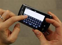 <p>Foto arquivo do aparalho Blackberry, fabricado pela Research In Motion, em Nova York. Venda de celulares inteligentes perde força no 3o trimestre, segundo pesquisa da emresa Gartner.REUTERS/Lucas Jackson</p>