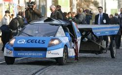 <p>Un veicolo solare guidato dallo svizzero Palmer arriva a Poznan. REUTERS/Kacper Pempel (POLAND)</p>