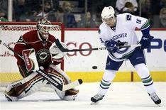 <p>Vancouver Canucks right wing Steve Bernier (18) tries to deflect a shot past Minnesota Wild goaltender Niklas Backstrom (L) during the first period of their NHL game in the Xcel Energy Center in St. Paul, Minnesota December 5, 2008. REUTERS/Eric Miller</p>