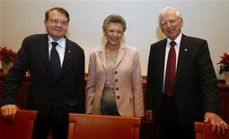 <p>Winners of the 2008 Nobel Prize for medicine and physiology, French scientists Luc Montagnier (L-R) and Francoise Barre-Sinoussi for their discovery of the virus that causes AIDS, and German scientist Harald zur Hausen for his work into the cause of cervical cancer, pose before a news conference in Stockholm, December 6, 2008. REUTERS/Bob Strong</p>