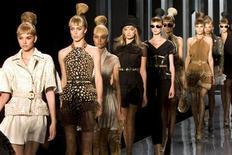 <p>Modelle indossano abiti della collezione Dior Primavera/Estate 2009, a Parigi, nel settembre del 2008. REUTERS/Charles Platiau</p>