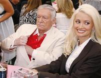 <p>Hugh Hefner, fondatore della rivista Playboy assieme alla compagna e coniglietta di Palyboy Holly Madison. REUTERS/Fred Prouser</p>