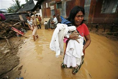 A woman cries as she flees from her damaged house in Palopo, Indonesia, November 5, 2008. REUTERS/Yusuf Ahmad