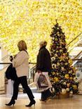 <p>Due clienti passano davanti ad un albero di Natale in un centro commerciale. REUTERS/Ina Fassbender (GERMANY)</p>