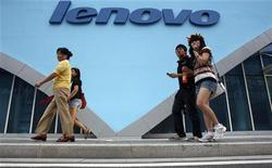 <p>Alcune persone passano davanti ad un negozio di Lenovo, quarto produttore mondiale di personal computer. REUTERS/Gil Cohen Magen (CHINA)</p>