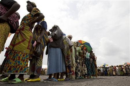 Internally displaced people queue for the distribution of goods at Kibati camp near the city of Goma in the eastern Democratic Republic of Congo December 10, 2008. REUTERS/Peter Andrews