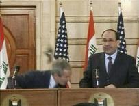 <p>Il presidente Usa Bush, costretto ad abbassarsi per evitare la scarpa lanciata dal giornalista iracheno Zaidi. REUTERS/Reuters TV (IRAQ)</p>