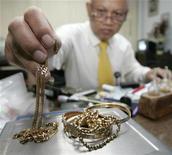 <p>Che sia un diamante di Tiffany o un tagliaerba comprato tre anni addietro, sempre più americani di tutte le classi sociali danno in pegno i loro beni per arrivare alla fine del mese. REUTERS/Supri</p>
