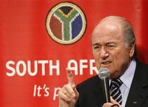 """<p>O presidente da Fifa, Joseph Blatter, em entrevista coletiva em Tóquio. Blatter desmentiu nesta segunda-feira que a entidade tenha um """"plano B"""" para a hipótese de a África do Sul não conseguir organizar a Copa do Mundo de 2010. 15 de dezembro.REUTERS/Issei Kato (JAPAN)</p>"""