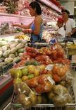 <p>Una famiglia fa la spesa in un supermercato, foto d'archivio. REUTERS/Cheryl Ravelo (PHILIPPINES)</p>