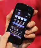 "<p>Uno ""smartphone"" di Nokia. REUTERS/Albert Gea (SPAIN)</p>"