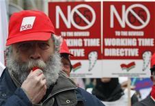 <p>Manifestazione dei sindacati a Strasburgo alla vigilia del voto del Parlamento europeo sull'introduzione di un limite di 48 ore lavorative settimanali, il 16 dicembre 2008. REUTERS/Vincent Kessler</p>