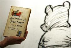 <p>Foto de archivo de la primera edición estadounidense del libro de A.A. Milne sobre Winnie-the-Pooh 'The House at Pooh Corner' fechado en 1928 en Sotheby's, Londres, 15 dic 2008. Una colección de dibujos originales de E.H. Shepard para los libros de Winnie-the-Pooh del autor A.A. Milne alcanzó 1,3 millones de libras esterlinas (2 millones de dólares) en un remate de Sotheby's el miércoles, un precio mayor al estimado previo. REUTERS/Luke MacGregor</p>