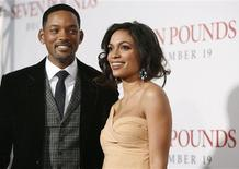 "<p>Cast members Will Smith and Rosario Dawson pose at the premiere of the movie ""Seven Pounds"" at the Mann Village theatre in Westwood, California December 16, 2008. The movie opens in the U.S. on December 19. REUTERS/Mario Anzuoni</p>"
