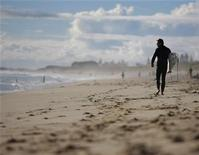 <p>A surfer prepares to hit the waves at Scarborough Beach in Perth, May 25, 2008. REUTERS/Tim Wimborne</p>