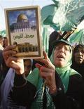 """<p>Палестинская женщина держит в руках Коран во время празднования 21-й годовщины основания """"ХАМАС"""" в Газе,14 декабря 2008 года Радикальное палестинское движение """"Хамас"""" объявило в четверг о прекращении шестимесячного перемирия с Израилем в секторе Газа. REUTERS/Ibraheem Abu Mustafa (GAZA)</p>"""