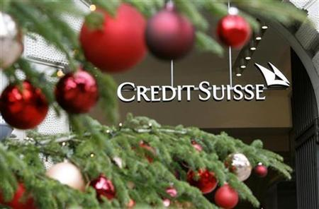 A decorated Christmas tree stands in front of the office building of Swiss bank Credit Suisse at the Paradeplatz square in Zurich December 4, 2008. REUTERS/Arnd Wiegmann