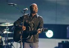<p>El cantante Darius Rucker en una presentación durante los premios Country Music Awards en Nashville, 12 nov 2008. Los rumores sobre la desaparición de Hootie & the Blowfish luego del éxito alcanzado este año por el vocalista de la banda, Darius Rucker, en la escena de la música country han sido enormemente exagerados, señaló el cantante. REUTERS/Tami Chappell</p>