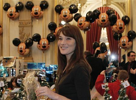 France's first lady Carla Bruni-Sarkozy attends the traditional Christmas party at the Elysee Palace in Paris December 17, 2008. REUTERS/Francois Mori/Pool