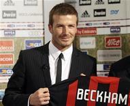<p>Il calciatore inglese David Beckham posa a San Siro con la maglia del Milan REUTERS/Alessandro Garofalo</p>