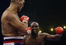 <p>O campeão da Associação Mundial de Boxe Nikolai Valuev (dir) venceu no sábado por pontos o quatro vezes campeão Evander Holyfield (esq) para terminar com as esperanças do norte-americano de ser o boxeador mais velho a ficar com o título. REUTERS/Stefan Wermuth (SWITZERLAND)</p>