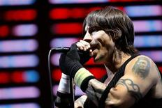 <p>Lead singer Anthony Kiedis performs with the Red Hot Chili Peppers at the Coachella Music Festival in Indio, California, April 28, 2007. REUTERS/Mario Anzuoni</p>