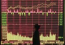 <p>Un investitore guarda un indice di quotazioni finanziarie. REUTERS/Stringer</p>