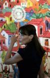 <p>La primera dama de Francia, Carla Bruni-Sarkozy, visita la favela Cantagalo slum en Río de Janeiro, 23 dic 2008.Carla Bruni-Sarkozy ha aprovechado la visita oficial de su esposo a Brasil para poner en práctica su reciente compromiso con las causas humanitarias. REUTERS/Bruno Domingos</p>