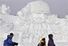 <p>Personas visitan una enorme escultura de Santa Clus para el próximo Festival Internacional de Hielo y Nieve de Harbin, en China , 24 dic 2008. La norteña ciudad china de Harbin está construyendo lo que según sus organizadores será la escultura de Santa Claus en hielo más grande del mundo. La gigantesca escultura, de 160 metros de largo y 24 metros de alto, se centra en la enorme cara de San Nicolás, con su característica barba y sombrero. REUTERS/Sheng Li (CHINA)</p>