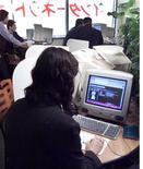 <p>Una donna in un internet café di Tokyo.</p>