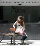 <p>Una giovane tira fuori il suo computer portatile dalla borsa dopo essersi seduta su una panchina. REUTERS/Daniel Munoz (AUSTRALIA)</p>