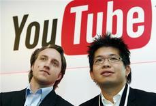 <p>Chad Hurley (à gauche) and Steve Chen, cofondateurs de YouTube. Confrontée au déclin des ventes de CD, l'industrie musicale cherche avec insistance de nouvelles sources de revenus, mais elle voit surtout ses partenaires, MTV, Apple ou plus récemment YouTube, prospérer dans la musique en ligne avec des retombées très réduites pour les labels eux-mêmes. /Photo d'archives/REUTERS/Philippe Wojazer</p>