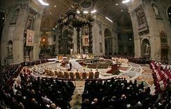 <p>Papa Benedetto XVI celebra la messa di Natale a San Pietro, il 25 dicembre 2008. REUTERS/Max Rossi</p>