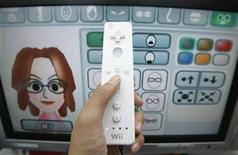 <p>Una persona maneggia il controller di un Nintendo Wii in un negozio di Tokyo, il 24 gennaio 2008. REUTERS/Yuriko Nakao</p>