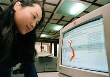 <p>Nguyen Kim Anh guarda sullo schermo una pagina web dedicata al Vietnam nel corso di una conferenza stampa a Hanoi. Il paese del sud est asiatico ha annunciato una restrizione delle norme di accesso al web, soprattutto per i blog. REUTERS/Dylan Martinez</p>