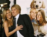 """<p>Foto de archivo de los actores Jennifer Aniston y Owen Wilson durante el estreno de la cinta """"Marley & Me"""" en Westwood, California, 11 dic 2008. REUTERS/Mario Anzuoni (UNITED STATES)</p>"""