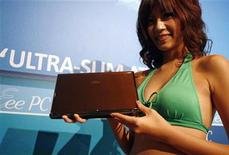 <p>Modella posa con il pc Asus Eee S101 durante il lancio a Taipei, a ottobre del 2008. REUTERS/Nicky Loh (Taiwan)</p>