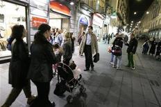 <p>Passanti in centro a Napoli. REUTERS/Tony Gentile (ITALY)</p>