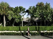 <p>A runner passes a home owned by Bernard Madoff in Palm Beach, December 15, 2008. REUTERS/Joe Skipper</p>