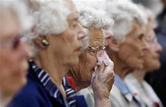 <p>Donne anziane in un'immagine d'archivio. REUTERS/Daniel Munoz</p>