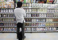"""<p>Le début de l'année 2009 marque l'entrée dans une nouvelle ère pour les éditeurs de jeux vidéo, les lancements de nouveaux titres n'étant désormais plus cantonnés à la période propice aux ventes des fêtes de fin d'année mais égrenés tout au long de l'année. Sont notamment prévus la sortie de """"Grand Theft Auto Chinatown Wars"""" pour la DS de Nintendo en mars, le lancement de """"Street Fighter IV"""", """"Killzone 2"""", """"Resident Evil 5"""" au premier trimestre et de """"Wii Sports Resort"""" pendant l'été, ainsi que l'arrivée dans les bacs d'un jeu consacré au Beatles à la fin de l'année. /Photo d'archives/REUTERS/Yuriko Nakao</p>"""