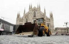 <p>Uno spazzaneve in piazza Duomo a Milano dopo una nevicata il 28 novembre 2008. REUTERS/Alessandro Garofalo</p>