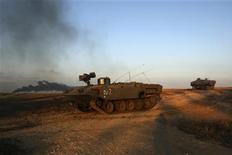<p>Израильская бронетехника выдвигается к границе сектора Газа 4 января 2009 года. Израильские войска приступили к наземной операции против боевиков ХАМАС в секторе Газа после восьми дней авианалетов, которые так и не смогли прекратить ракетные обстрелы территории Израиля боевиками радикальной палестинской группировки. REUTERS/Ronen Zvulun</p>