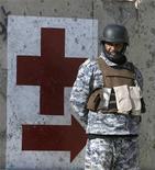 <p>Иракский солдат у одного из блок-постов в Багдаде. Фотография сделана 3 января 2009 года. Как минимум 38 человек погибли и 55 получили ранения в результате взрыва боевика-смертника рядом с шиитской святыней в Багдаде, сообщил источник в вооруженных силах Ирака. REUTERS/Erik de Castro</p>