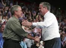 <p>George W. Bush (a sinistra) saluta il fratello Jeb REUTERS/Jason Reed</p>
